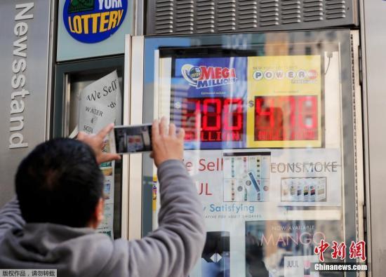 男子在纽约书报亭拍摄头奖奖金累计超过10亿美元的兆彩广告牌。