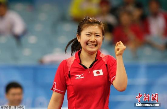 1988年11月出生的福原�郏���3�q�_始��乒乓球,1999年3月正式�M入��I乒乓球�x手行列,至今已�20年。2000年�M入日本乒乓球�,她成��v史上年�g最小的日本��家�成�T。�D��2008北京�W�\��福原��c祝她的�倮�。