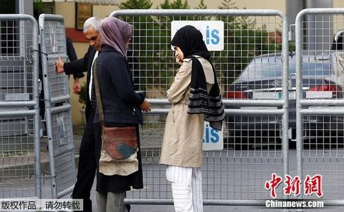 卡舒吉未婚妻(左)在领馆外等待。