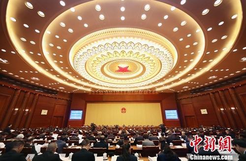 10月22日,第十三届全国人大常委会第六次会议在北京人民大会堂开幕,全国人大常委会委员长栗战书主持会议。中新社记者 宋吉河 摄