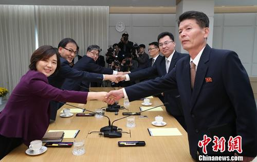 """10月22日,韩朝在韩朝联络办公室举行山林领域合作会谈,就虫病防治、苗圃现代化建设、保护和复原生态环境等事宜进行磋商。韩朝联办于今年9月正式揭牌,位于朝鲜境内的开城工业园区。 <a target='_blank' href='http://www-chinanews-com.gk505.com/'>中新社</a>发 """"联合采访团""""供图"""
