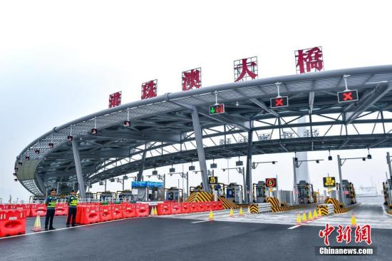 港珠澳大桥整个项目包括海中桥隧主体工程、香港连接线、香港口岸、珠海连接线、澳门连接线和珠海澳门口岸,总长约55公里,是世界总体跨度最长、钢结构桥体最长、海底沉管隧道最长的跨海大桥。图为港珠澳大桥收费大棚。(资料图片) <a target='_blank' href='http://www-chinanews-com.sjzchengxiang.net/'>中新社</a>记者 陈骥�F 摄
