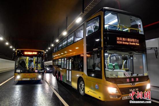 港珠澳大桥穿梭巴士。(资料图片) <a target='_blank' href='http://bharatcinema.com/'>中新社</a>记者 陈骥�F 摄