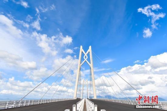 港珠澳大桥将于10月24日通车运营。图为港珠澳大桥青州航道桥。(资料图片) <a target='_blank' href='http://www-chinanews-com.jskelan.com/'>中新社</a>记者 陈骥�F 摄