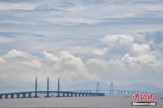 港珠澳大桥将于10月24日通车运营。图为港珠澳大桥。(资料图片) <a target='_blank' href='http://www-chinanews-com.izjce.com/'>中新社</a>记者 陈骥�F 摄