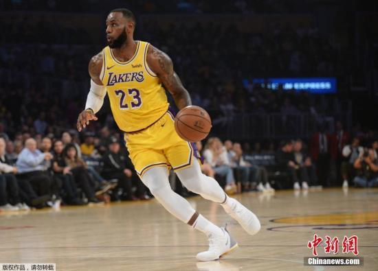 湖人隊的熱烈追求讓詹姆斯終歸洛杉磯。(資料圖:圖為2018-2019賽季NBA常規賽,詹姆斯在湖人隊對陣馬刺隊的比賽中。)