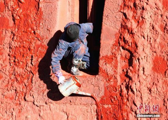 10月23日,布达拉宫管理处维修科工作人员开始对红宫进行粉刷。中新社记者 赵延 摄