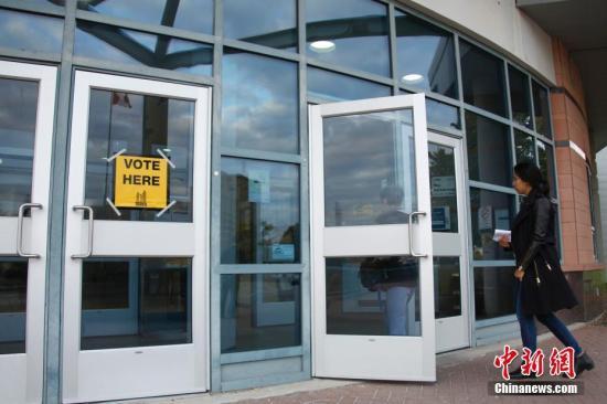 当地时间10月22日,加拿大人口最多的省份安大略省举行市政选举,图为多伦多市民赴一间投票站参与投票。安省444个城市在这一天进行市长、市议员、区议员及学务委员等职位的选举。华人在此次选举中参政热情高涨。在大多伦多地区,有近90名华人参选者投入选战,数目创下历届新高。<a target='_blank' href='http://www-chinanews-com.zwba.net/'>中新社</a>记者 余瑞冬 摄