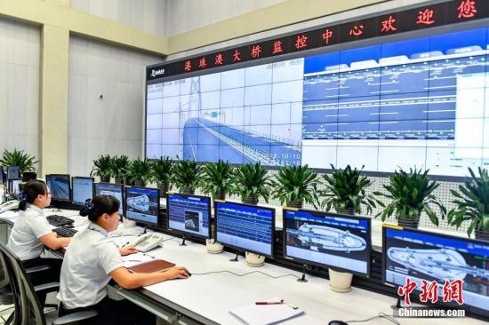 港珠澳大桥整个项目包括海中桥隧主体工程、香港连接线、香港口岸、珠海连接线、澳门连接线和珠海澳门口岸,总长约55公里,是世界总体跨度最长、钢结构桥体最长、海底沉管隧道最长的跨海大桥。图为港珠澳大桥监控中心。(资料图片) <a target='_blank' href='http://www-chinanews-com.zwba.net/'>中新社</a>记者 陈骥�F 摄