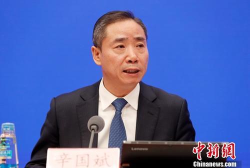10月23日,中国工业和信息化部副部长辛国斌在国务院新闻办公室举行的新闻发布会上称,中国工业发展的基本面良好可控,有信心、有条件、有能力顶住各种不利因素冲击。<a target='_blank' href='http://www-chinanews-com.22031.net/'>中新社</a>记者 刘关关 摄