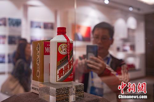 资料图:2018年10月22日,贵州仁怀,一位华文媒体高层拍摄展出的一瓶邓林在2011年6月赠送给茅台酒厂的纪念酒。中新社记者 贺俊怡 摄