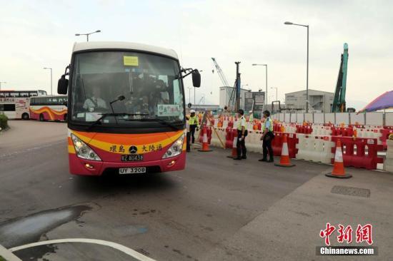 10月24日,上午8時45分,首批滿載旅客的巴士駛往港珠澳大橋。中新社記者 謝光磊 攝