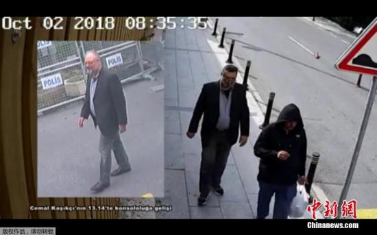 当地时间23日,在贾马尔・卡舒吉从沙特驻土耳其伊斯坦布尔领事馆消失21天后,土耳其总统埃尔多安公布了对这位沙特记者失踪死亡案的调查结果:卡舒吉被一支由15人组成的沙特小组预谋杀害,目前尚未找到其遗体。图为CNN独家发布的视频显示,一名男子(右)穿着卡舒吉衣服,假扮成他。