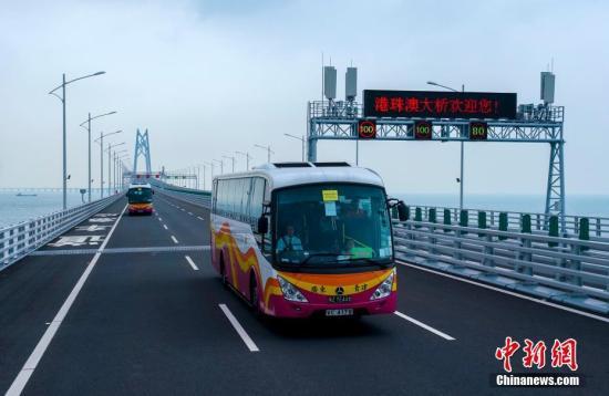 10月24日,大巴车经过港珠澳大桥青州航道桥附近。当天,全长55公里的港珠澳大桥正式通车。<a target='_blank' href='http://www-chinanews-com.hongruisports.com/'>中新社</a>记者 张炜 摄