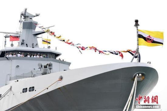 """图为中国海军官兵参不都雅文莱皇家海军""""达鲁塔克瓦""""号巡逻舰。中新社记者 陈文 摄"""