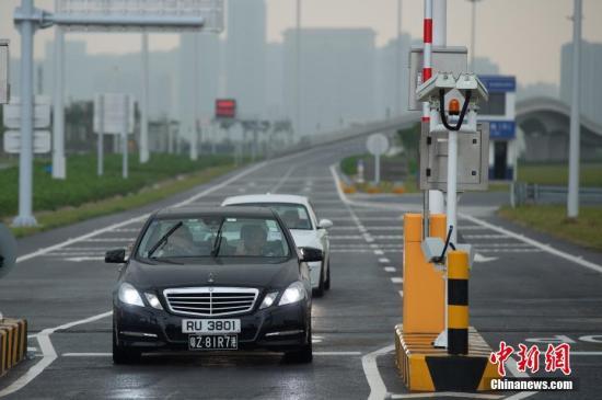 图为首辆入境澳门的私家车抵达澳门口岸。<a target='_blank' href='http://www-chinanews-com.zgtyg.net/'>中新社</a>发 钟欣 摄