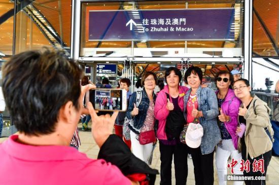 资料图:旅客在港珠澳大桥旅检楼拍照留念。<a target='_blank' href='http://www-chinanews-com.fchtdz.com/'>中新社</a>记者 陈骥�F 摄