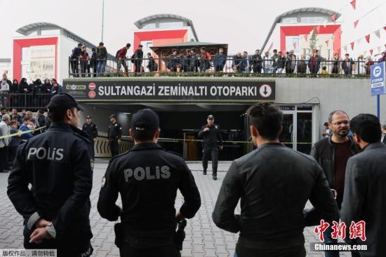 图为土耳其警方正在调查这起案件。