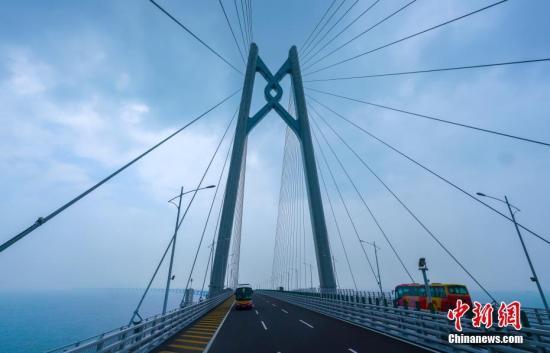 10月24日,大巴車經過港珠澳大橋青州航道橋附近。當天,全長55公裡的港珠澳大橋正式通車。中新社記者 張煒 攝