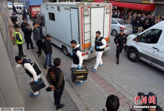 图为土耳其警方正在调查卡舒吉失踪案件。
