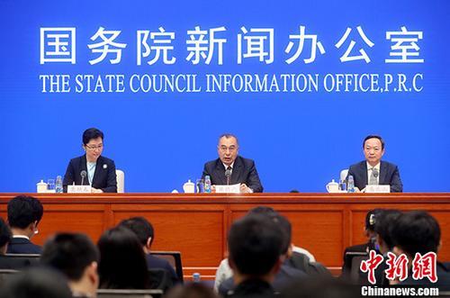 10月24日,国务院新闻办公室在北京举行联合国世界地理信息大会有关情况发布会 ,自然资源部副部长库热西・买合苏提(中)、浙江省测绘与地理信息局局长盛乐山(右)出席。库热西・买合苏提表示,首届联合国世界地理信息大会将于2018-12-17至21日在浙江省德清县举行。大会由联合国主办,自然资源部和浙江省人民政府共同承办,是联合国主办的规模最大、层次最高的地理信息大会。<a target='_blank' href='http://www-chinanews-com.gdtz.org/'>中新社</a>记者 张宇 摄
