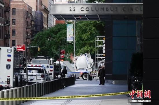 当地时间10月24日上午,美国有线电视新闻网(CNN)位于纽约曼哈顿的办公大楼收到爆炸装置包裹,楼内人员被紧急疏散。图为纽约警察局排爆车驶出该大楼。<a target='_blank' href='http://www-chinanews-com.yundongchn.com/'>中新社</a>记者 廖攀 摄