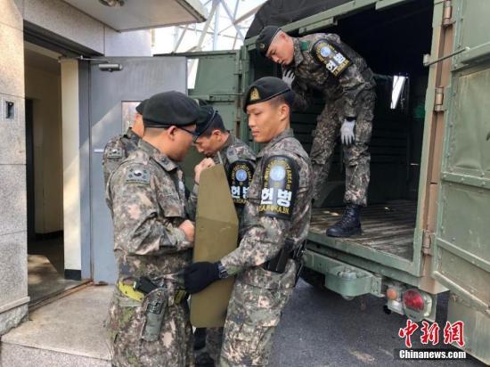 10月25日,韩朝完成板门店共同警备区解除武装工作。根据韩朝今年9月签署的《<板门店宣言>军事领域履行协议》,共同警备区解除武装后,韩朝民众和外国游客可于每日上午9时至下午5时自由出入该地区。韩国国防部供图