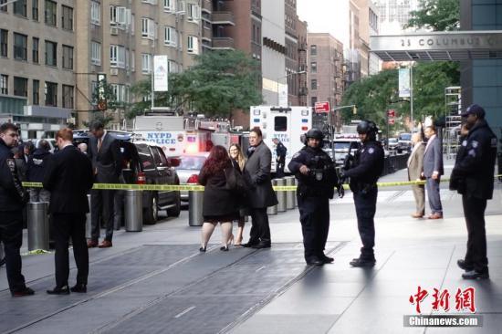 纽约警察在街道上维持秩序。记者 廖攀 摄