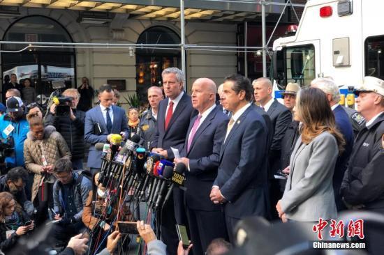 资料图:(前排从右至左)纽约州州长科莫、纽约警察局局长奥尼尔、纽约市长德布拉西奥在现场举行新闻发布会。<a target='_blank' href='http://www-chinanews-com.sjzlidaifu.com/'>中新社</a>记者 廖攀 摄