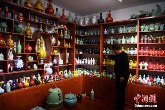 店家正在介绍展示的各类酒瓶。<a target='_blank' href='http://www-chinanews-com.aozoclub.com/'>中新社</a>记者 刘冉阳 摄