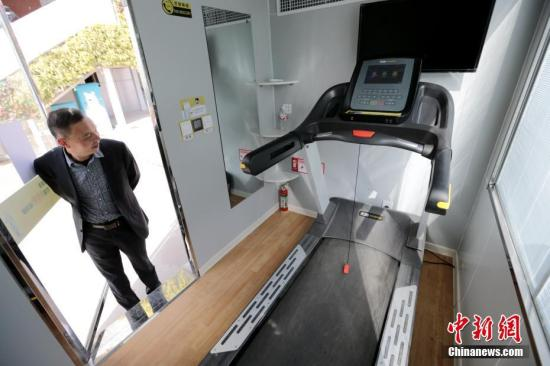 共享健身房现身西安街头,每个面积约4至5平方米。房内安放了一台跑步机,还配有电视、空调、空气净化器和WiFi,费用标准为0.2元/分钟。中新社记者 张远 摄