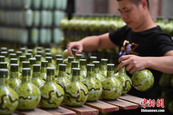 工作人员正在整理准备烧制的酒瓶。<a target='_blank' href='http://www-chinanews-com.aozoclub.com/'>中新社</a>记者 刘冉阳 摄