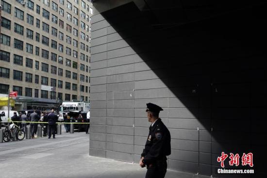 当地时间10月24日上午,美国有线电视新闻网(CNN)位于纽约曼哈顿的办公大楼收到爆炸装置包裹,楼内人员被紧急疏散。图为纽约警察在街道上维持秩序。<a target='_blank' href='http://www-chinanews-com.nbhuadeng.com/'>中新社</a>记者 廖攀 摄
