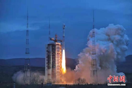 """北京时间10月25日6时57分,中国在太原卫星发射中心用长征四号乙运载火箭,将""""海洋二号B""""卫星发射升空并成功送入预定轨道。 郑逃逃 摄"""