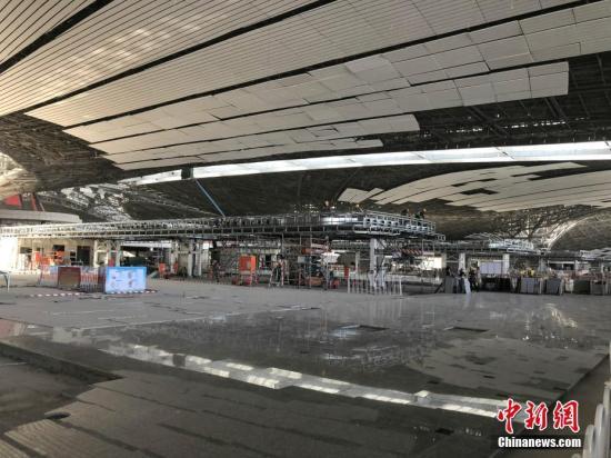 10月26日,距离北京大兴国际机场竣工还有247天,目前工人们正在航站楼里施工建设。图为正在装修中的北京大兴国际机场航站楼四层出发大厅值机办理区域。中新社记者 刘文曦 摄