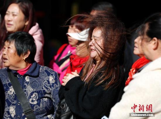 资料图:北京王府井步行街,一名女士的头发被大风吹乱。<a target='_blank' href='http://www-chinanews-com.dldbbj.com/'>中新社</a>记者 刘关关 摄