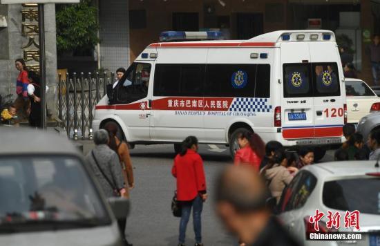 资料图:10月26日,重庆一女子在巴南区一幼儿园门口持刀行凶,致做早操返回教室途中的14名学生受伤。陈超 摄