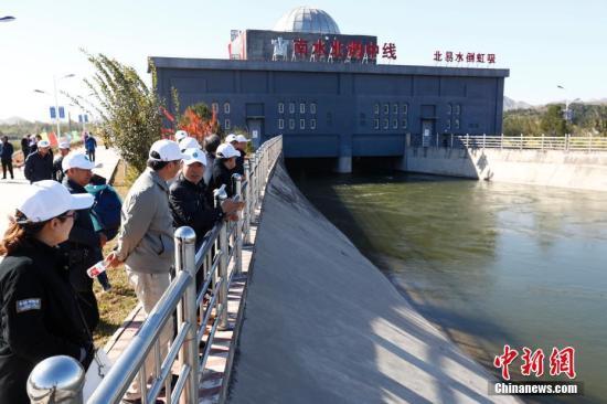 资料图:民众参观南水北调中线干线工程。中新社记者 富田 摄