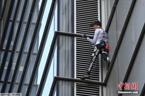 """当地时间2018年10月25日,英国伦敦,号称""""蜘蛛人""""的法国攀楼者阿兰·罗伯特尝试攀登高230米的伦敦高楼赫伦大厦。"""