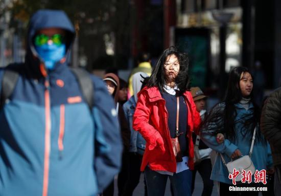 资料图:大风降温天气。中新社记者 刘关关 摄