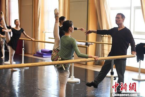 资料图:10月26日,美国导演布鲁斯・斯蒂尔在甘肃大剧院为甘肃少儿教授芭蕾舞。<a target='_blank' href='http://www-chinanews-com.178door.com/'>中新社</a>记者 杨艳敏 摄