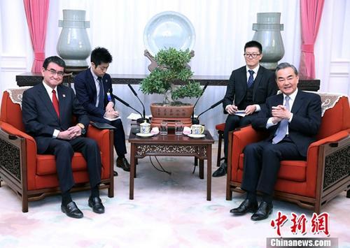 10月26日,中国国务委员兼外交部长王毅在北京应约会见陪同安倍晋三首相访华的日本外相河野太郎。中新社记者 宋吉河 摄