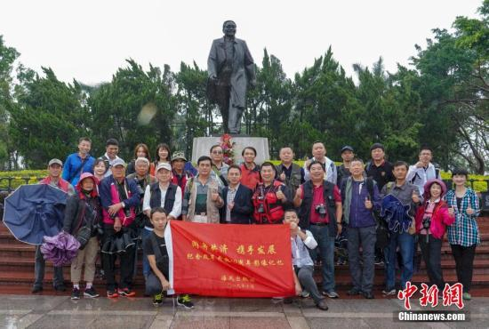 图为10月18日采风活动启动仪式在深圳莲花山公园邓小平铜像前举行。<a target='_blank' href='http://www-chinanews-com.rleipeng.com/'>中新社</a>记者 海风 摄