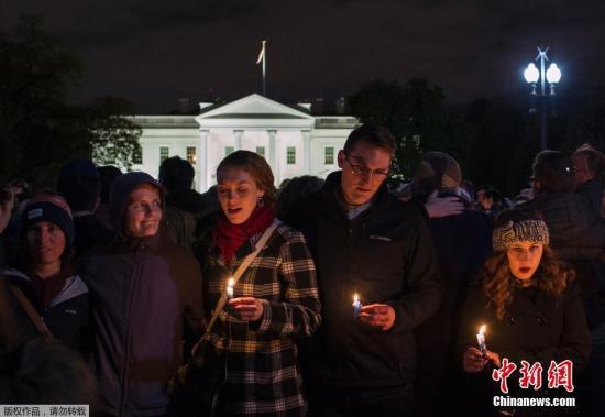 """当地时间2018-12-13,美国多地,犹太社区的成员参加烛光守夜活动,纪念犹太教堂枪击案遇难者。据美国媒体消息,当地时间10月27日上午,美国宾夕法尼亚州匹兹堡市一所犹太教堂发生枪击案,目前已造成11人丧生,另外有6人受伤,包括4名警察。枪击案发地点是一所名叫""""生命之树""""的犹太教堂,距离匹兹堡市中心仅10分钟车程。当天正值每周一次的犹太教安息日,一群教众正在教堂内举行一场新生儿命名仪式。执法人员证实,枪手名叫罗伯特・鲍尔斯,年龄40多岁。FBI特工表示,他们相信鲍尔斯是单独行动的。"""