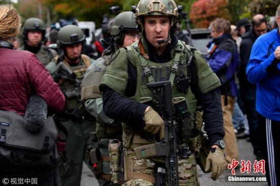 资料图:当地时间10月27日上午,美国宾夕法尼亚州匹兹堡市一所犹太教堂发生枪击案,造成11人丧生,另外有6人受伤,包括2名警察。  图片来源:视觉中国
