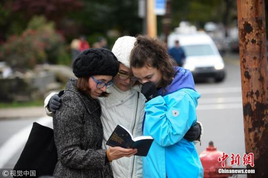 图为事件发生后在教堂外的当地民众。图片来源:视觉中国
