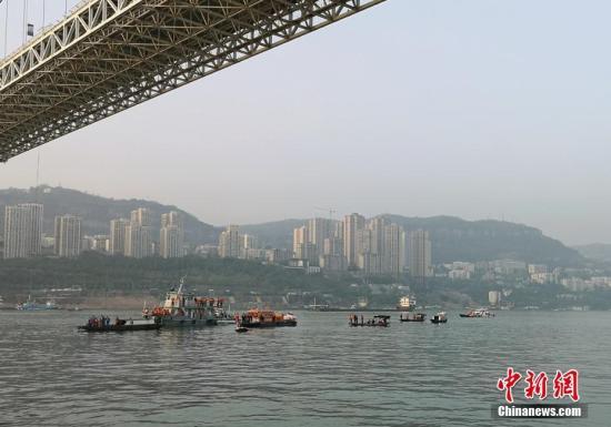 资料图:救援船只抵达公交车坠江水域。四川路桥 供图