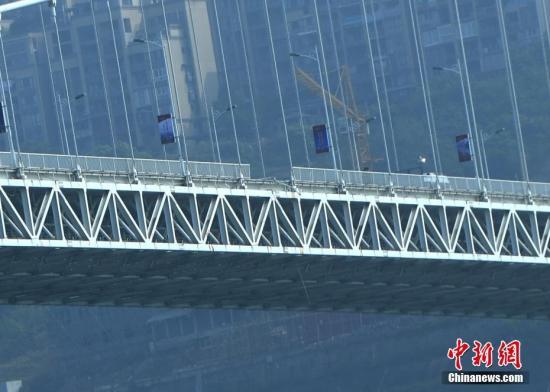 图为万州长江二桥栏杆破损。 陈超 摄