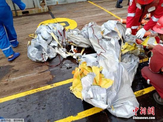 当地时间2018-12-13,印尼西爪哇省加拉璜海岸,印尼国家石油公司工人发现据信是狮航JT610的残骸。一架编号为JT610的狮航飞机当天从雅加达飞往邦加槟港,于起飞后不久失联,目前已确定在加拉璜地区附近坠毁。飞机上共载有188人,其中成人乘客178人、孩子1名、婴儿2名、机组人员7名。