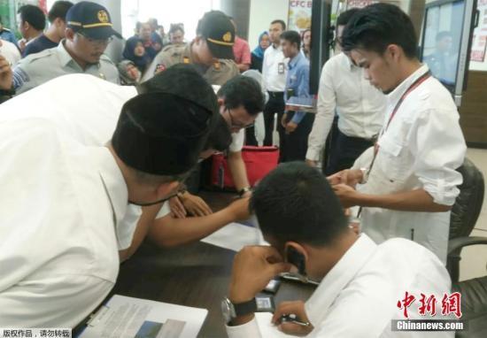 当地时间10月29日,印度尼西亚平浪邦加尔埃米尔机场,工作人员确认狮子航空JT610航班的乘客信息。